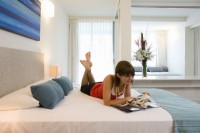 One Bedroom Apartment Queen Bedroom - Grand Mercure Rockford Esplanade Apartments Palm Cove