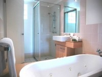 Spa Bathe Ensuite to the Master Bedroom (Hotel Spa Suite) - Palm Cove Holiday Apartments