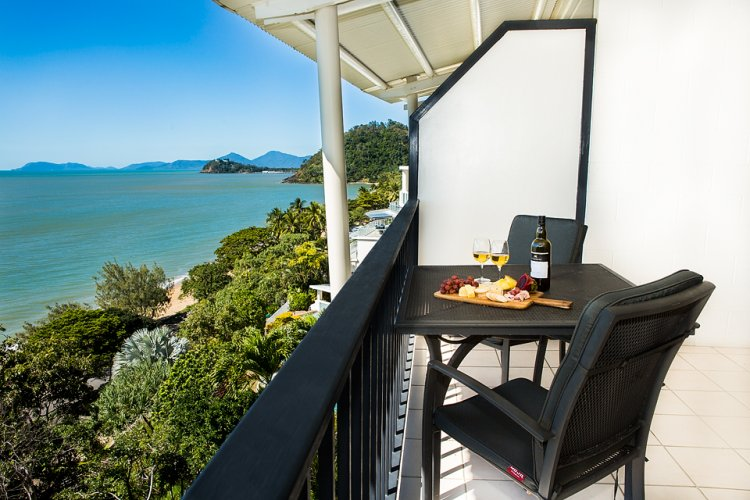 Cairns Beachfront 6 Night Holiday Deal - BONUS Wine & Tennis