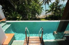 Port Douglas Luxury Holiday Home with Wet Edge swimming Pool overlooking private beach