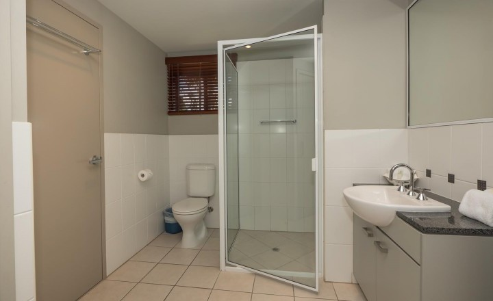 2 & 3 Bedroom Apartment Bathroom - Blue Lagoon Resort Trinity Beach