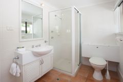 Bathroom Facilities - Driftwood Mantaray Apartments Port Douglas