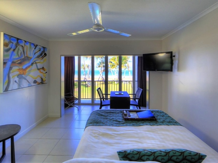 Beachfront Family Room - Mission Beach Castaways Resort & Spa