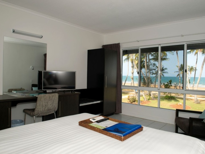 Beachfront Hotel Room with large glass windows to enjoy the view - Castaways Resort & Spa Mission Beach