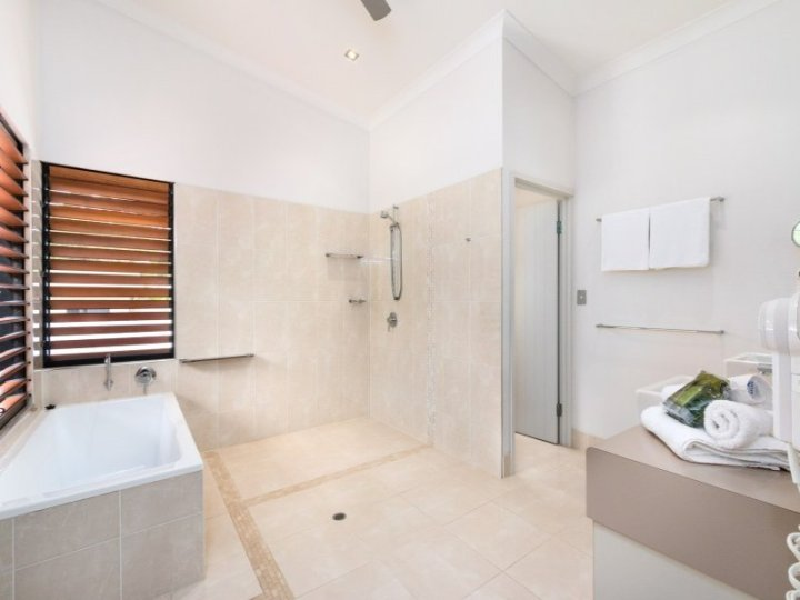 Bramston Beach Holiday Home Bathroom
