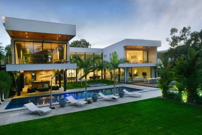 Cairns beaches luxury beachfront holiday house for Holiday houses with swimming pools