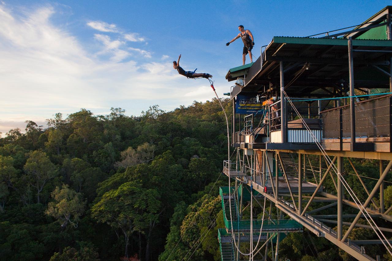 bungee jumping Bungee jumping é um desporto radical praticado por muitos aventureiros corajosos, que consiste em saltar para o vázio amarrado aos tornozelos ou cintura a uma corda.