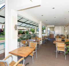 Cairns Queens Court Motel Poolside Restaurant