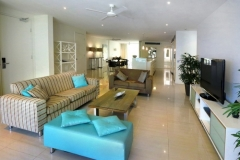 Condominium Open plan living & Dining to enjoy the Beachfront Views - Drift Apartments Palm Cove