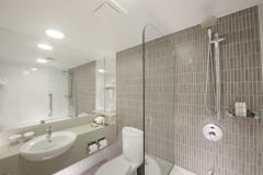 Ensuite Bathroom - Doubletree by Hilton Cairns
