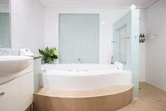 Ensuite with oversized Soaker Bath - Adult only Boutique Resort Port Douglas - Ocean View Suite