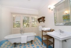 Family Bathroom with traditional claw foot bathtub - Port Douglas Luxury Holiday Home