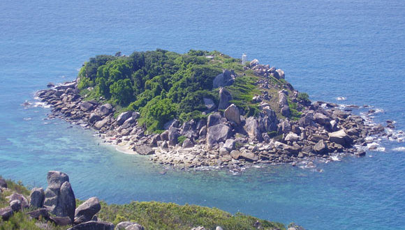 Go hiking to the light house on Fitzroy Island on the Great Barrier Reef from Cairns