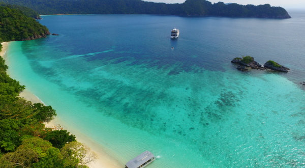 Great Barrier Reef Cruise Ships - Explore Remote Islands