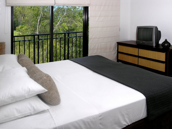 King Bed - private holiday apartment Palm Cove