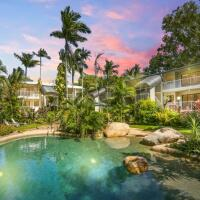 Lagoon style swimming pool & spas and BBQ facilities - Palm Cove Holiday Apartments