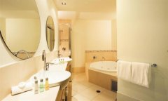 Large Bathroom with spa bath - Piermonde Holiday Apartments Cairns