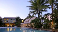 Large Lagoon Swimming Pool with Swim Up Bar - Cairns central Resort style Accommodation