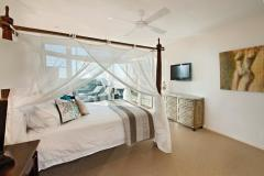 Master Bedroom with 4 Poster Bed and ensuite - Mission Beach Holiday Apartment