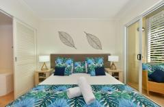 Master Bedroom with King Bed and Spa Bath Ensuite - Cayman Villas Port Douglas