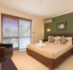 Master Queen Bedroom at Red Cowrie Apartment - Palm Cove