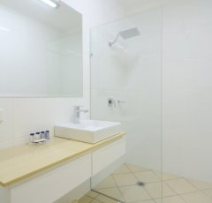 Modern Bathroom Facilities - Cairns Queenslander Hotel & Apartments