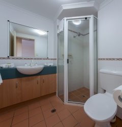 One Bedroom holiday Apartment Ensuite Bathroom with Shower
