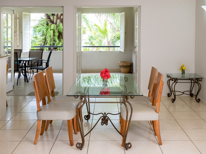 One Bedroom Apartment Living - The Lakes Resort Cairns