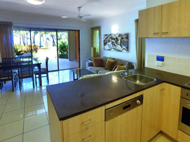 One Bedroom Apartment with Kitchen facilities and open plan lounge and balcony | Beachfront Accommodation Palm Cove