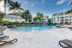 Palm Cove Private Beach Club Apartments with Large Resort Swimming Pool, Swim Up Pool Bar, Formal Pool & Spa.