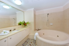 Beachfront Units Palm Cove - Senna- Bathroom with Spa Bath