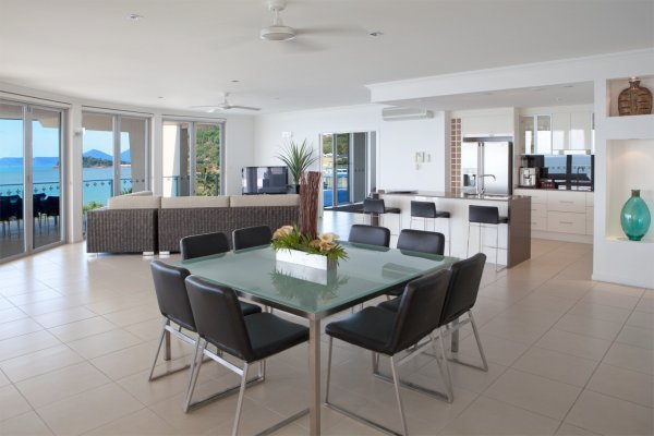 Spacious living in the 3 Bedroom Penthouse Apartment - Vue Holiday Apartments Trinity Beach