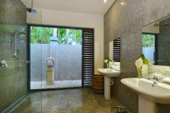 Port Douglas Luxury Holiday Home stunning bathrooms