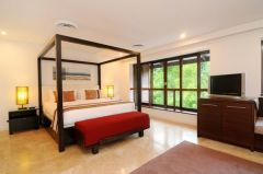 Private let Sea Temple Luxury 3 Bedroom Villa - Queen Size Bed in the Master Suite
