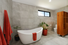 Port Douglas Luxury Holiday Home | Relax in the bathtub