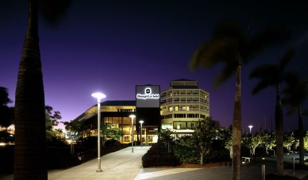 Shangri-La Hotel Cairns - Entrance at Night