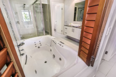 Some apartments feature an indulgent Spa Bath in the ensuite - Island Views Apartments Palm Cove