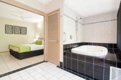 Studio with Indoor Spa - Regal Holiday Apartments Port Douglas