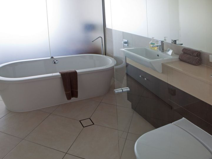 Ensuite Bathroom with Bath Tub & Seperate Shower